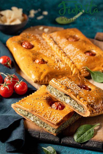 Красный пирог с сыром и зеленью